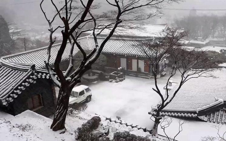 눈 오는 날은 눈이 만들어지면서 주변에 열을 방출하기 때문에 더 따뜻합니다. [사진=유튜브 화면캡처]