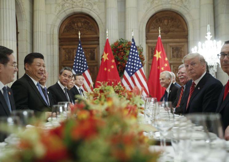 도널드 트럼프 미국 대통령과 시진핑 국가주석을 비롯한 양국 행정부가 주요 20개국(G20) 정상회의 기간인 지난 1일(현지시간) 아르헨티나 부에노스아이레스에서 업무만찬을 하고 있다. [이미지출처=AP연합뉴스]