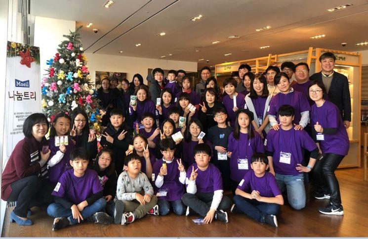 매일유업 김선희 대표와 임직원 가족들이 기념촬영하고 있다.
