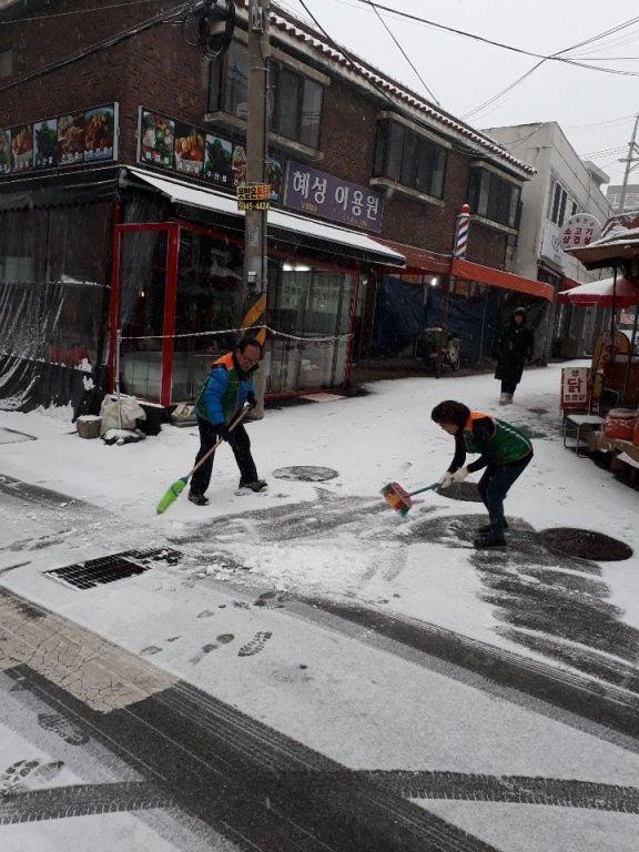 [포토]폭설로부터 이웃 주민 지키는 자율방재단 - 아시아경제