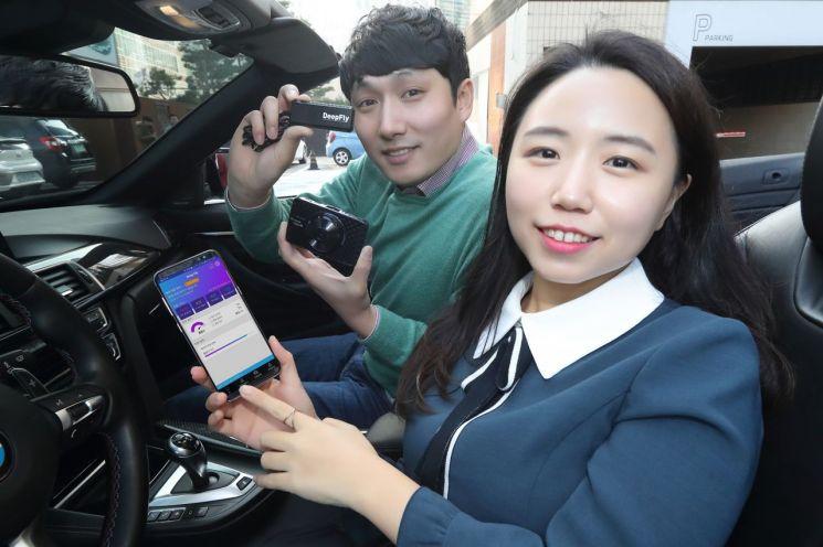 KT는 차량용 블랙박스 개발사 엠브레인과 협력해 협대역 사물인터넷(NB-IoT) 기반 서비스인 '딥플라이'를 공동 개발해 선보인다. KT 홍보모델이 '딥플라이'를 소개하고 있다.