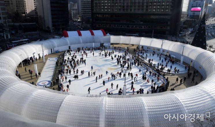 23일 서울광장 스케이트장을 찾은 시민들이 즐겁운 시간을 보내고 있다. 22일 낮 초미세먼지 주의보로 운영을 중단했던 스케이트장은 23일 오전 주의보 해제로 운영을 재개했다./김현민 기자 kimhyun81@