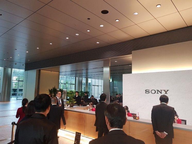 지난달 25일 도쿄 미나토(港)구 고난(港南)에 위치한 소니(SONY) 본사 로비. 많은 방문객들이 비즈니스 미팅을 위해 모여있다.