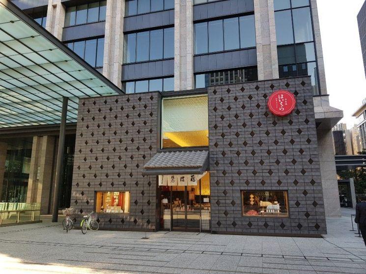 일본 도쿄 니혼바시 지구 빌딩 숲 사이에 자리잡고 있는 전통가게 '하이바라'
