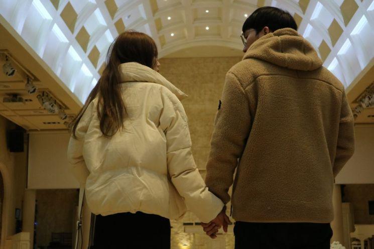 이호현·김소정씨 커플이 텅 빈 예식장 버진로드에 올라서있다.