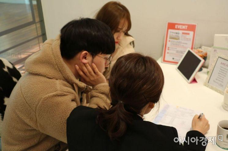 웨딩 업체 상담을 받는 이호현·김소정씨 커플.