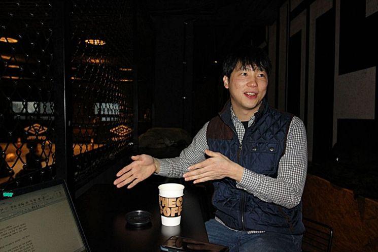 차성욱 쩍컴퍼니 대표가 서울 서대문구 창천동 로꼬 풋살아레나에서 인터뷰하고 있다. 청년 CEO인 그는 '워라밸' 때문이 아니라 가치있는 일을 해 행복하다고 말했다.