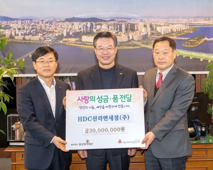 왼쪽부터 김회언 HDC신라면세점 대표, 성장현 구청장, 김유태 용산복지재단 사무국장