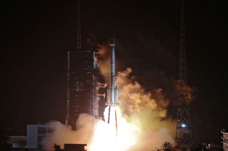 중국 쓰촨(四川)성 시창(西昌)위성발사센터에서 지난해 11월 19일(현지시간) 두 개의 '베이두(北斗)' 위성을 실은 로켓이 발사되고 있다(사진=로이터연합뉴스).