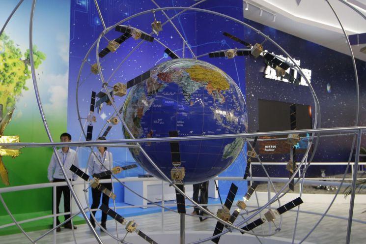 지난해 11월 6일(현지시간) 중국 광둥(廣東)성 주하이(朱海)에서 열린 중국국제항공우주박람회(中國國際航空航天博覽會) 전시장에 '베이두' 시스템 모형이 전시돼 있다(사진=AP연합뉴스).