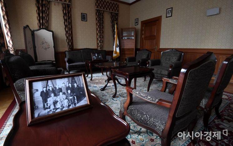 1층의 응접실. 경교장을 방문한 국내외 주요 인사들들을 접견하던 곳. 환국 이후 첫 국무위원회가 열린 장소이기도 하다.