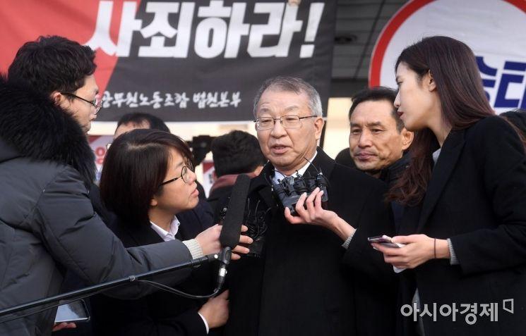 '사법농단' 사건과 직간접적으로 연루된 혐의를 받고 있는 양승태 전 대법원장이 피의자 신분으로 검찰에 출석한 11일 서울 서초구 대법원 정문 앞에서 열린 기자회견에서 취재진의 질문을 받고 있다./김현민 기자 kimhyun81@