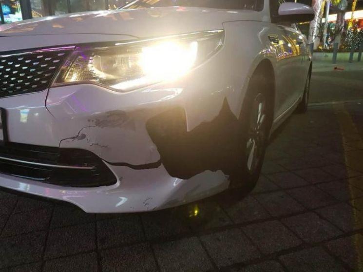 갑자기 튀어나온 대형견과 부딪힌 직후 박성수씨의 렌트 차량 모습