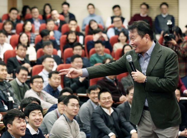▲최태원 SK그룹 회장이 지난 8일 서울 종로구에 위치한 SK서린빌딩에서 구성원  300여명이 모인 가운데 '행복 토크' 시간을 가졌다.