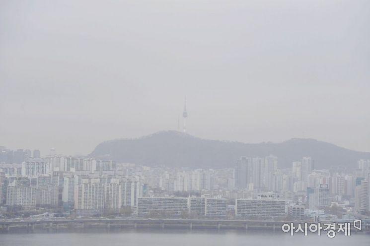 기해년 새해 첫 미세먼지 비상저감조치가 시행된 13일 서울 도심 하늘이 미세먼지로 뿌옇다. 기상청은 내일 중국발 스모그가 추가로 들어오면서 공기의 질이 더욱 나빠질 것으로 예상했다. /문호남 기자 munonam@