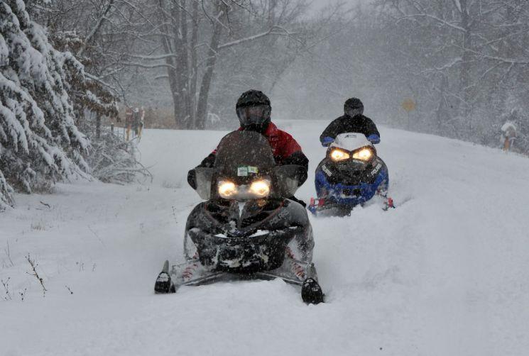 폭설 속에 스노모빌 타는 남성…미 중서부 '눈폭풍' 東進      (뉴버지니아[미 아이오와주] EPA=연합뉴스) 30cm의 폭설이 내린 미국 아이오와주 뉴버지니아에서 지난달 12일(현지시간) 두 남성이 스노모빌을 즐기고 있다.      미국  미주리, 일리노이 등 중서부에서 무려 1천500마일(2천400㎞)에 걸쳐 기다린 띠 모양을 이루고 있는 '눈폭풍(snowstorm) '지아(Gia)'가 인명·재산피해를 내며 주말을 거치면서 워싱턴DC, 볼티모어 등 미 동부 지역으로 향하고 있다.     bulls@yna.co.kr (끝)   <저작권자(c) 연합뉴스, 무단 전재-재배포 금지>