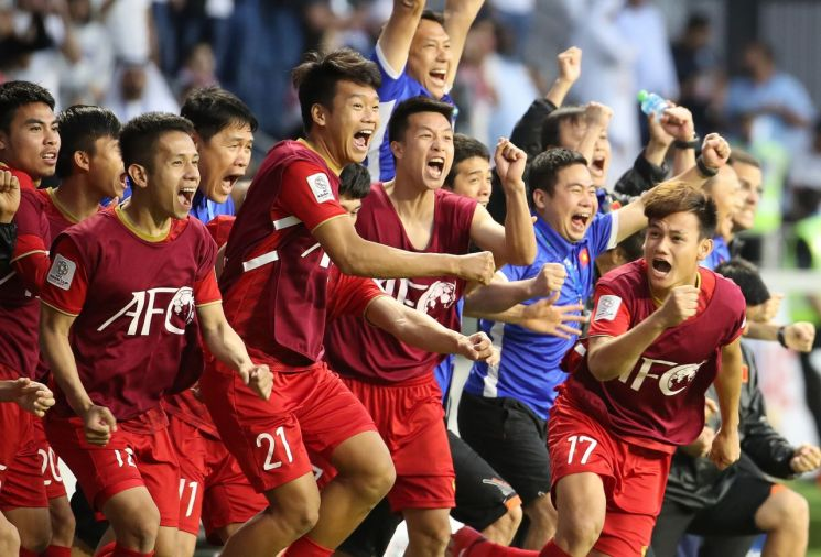 베트남 선수들이 2019 아시아축구연맹(AFC) 아시안컵 16강에서 요르단에 승부차기로 승리한 뒤 기뻐하고 있다.[이미지출처=연합뉴스]