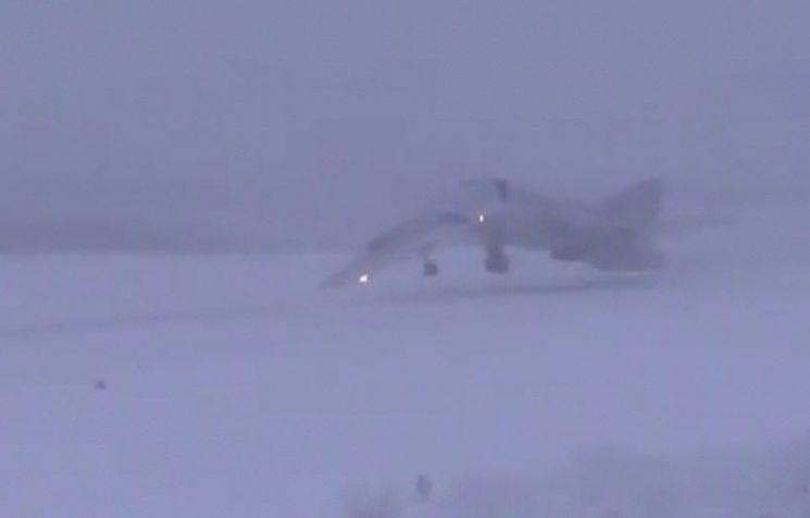 착륙 중 두 동강나는 러시아 폭격기