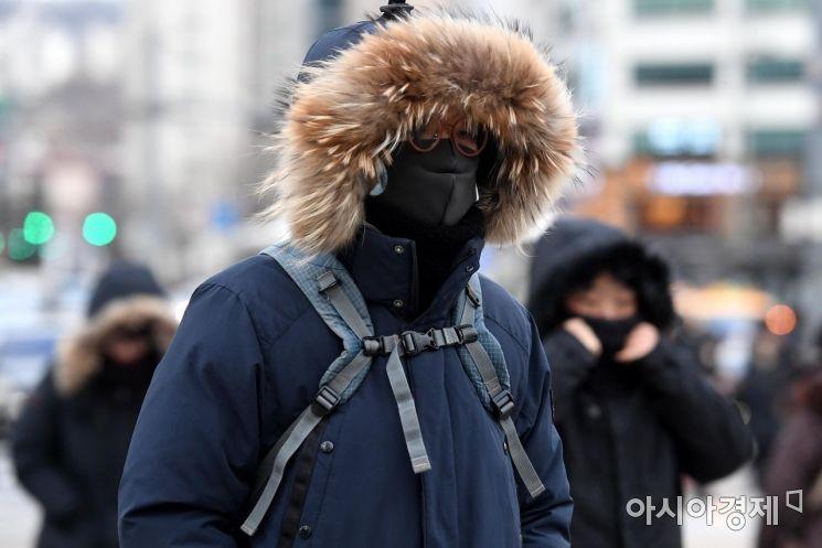 광화문네거리 인근에서 시민들이 한파에 잔뜩 웅크린 채 출근길 발걸음을 재촉하고 있다./김현민 기자 kimhyun81@