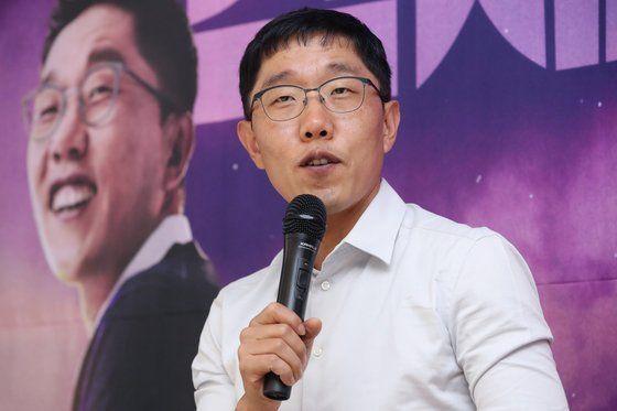 방송인 김제동이 지난해 9월 KBS 시사 토크쇼 '오늘밤 김제동' 기자간담회에서 질문에 답하고 있다.사진=연합뉴스