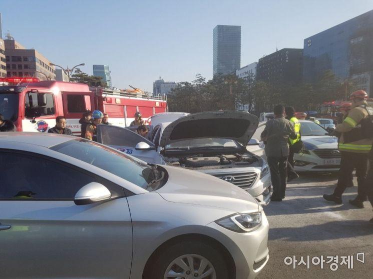 11일 오후 3시50분께 서울 여의도 국회 정문 앞에서 분신으로 추정되는 택시 화재가 발생했다. 사진=이정윤 수습기자