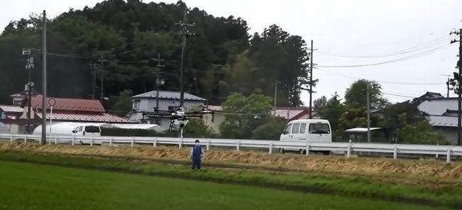 일본 농림수산성이 2017년 농촌지역에서 시연한 농약드론의 모습. 사진 = Youtube 캡쳐