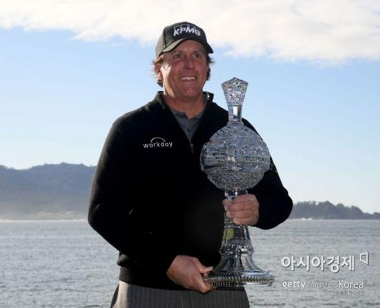 필 미컬슨이 AT&T페블비치프로암 우승 직후 트로피를 들고 환호하고 있다. 페블비치(美 캘리포니아주)=Getty images/멀티비츠
