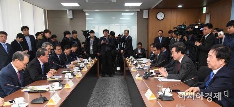 중견기업연합회 회장단은 12일 서울 마포구 대흥동 상장회사회관에서 이낙연 국무총리(오른쪽 두번째) 등과 간담회를 개최했다.