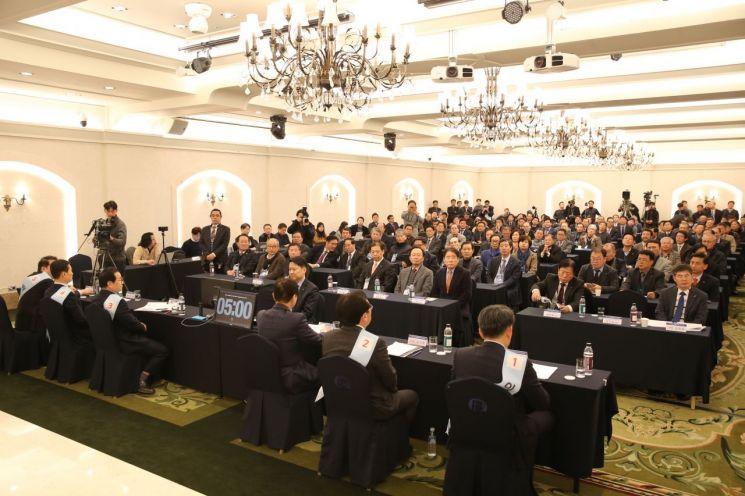 제26대 중소기업중앙회 회장 선거 첫 공개토론회를 참관하러 온 중소기업인 200여명이 후보자들의 발표를 듣고 있다.