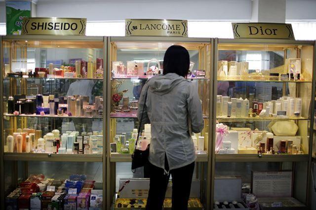 2017년 6월 19일 촬영한 북한 평양 소재 보통강백화점의 수입 화장품 매장(사진=AP연합뉴스).