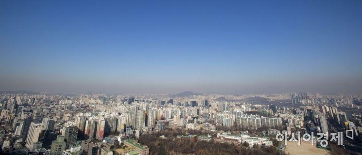 미세먼지 농도가 '보통' 수준인 8일 서울 강남구에서 바라본 도심 하늘에 미세먼지띠가 관측되고 있다./강진형 기자aymsdream@