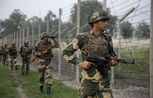 파키스탄과 접경지역을 순찰 중인 카슈미르 주둔 인도군의 모습(사진=AP연합뉴스)