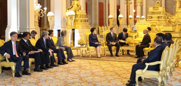캄보디아를 국빈 방문 중인 문재인 대통령과 김정숙 여사가 15일 오전 프놈펜 왕궁에서 노로돔 시하모니 국왕과 환담하고 있다.   사진=연합뉴스
