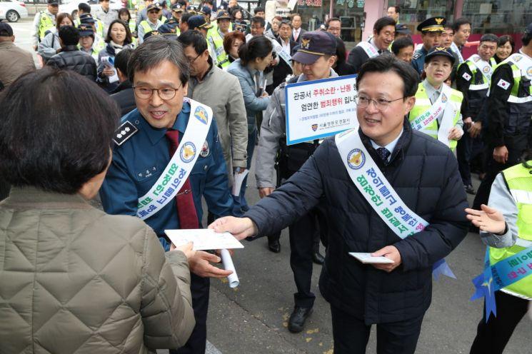[포토]채현일 영등포구청장 대림동 중국동포거리서 범죄예방 캠페인 펼쳐