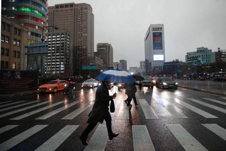 [오늘날씨] 전국 밤부터 10~50㎜ 이상 강한 비