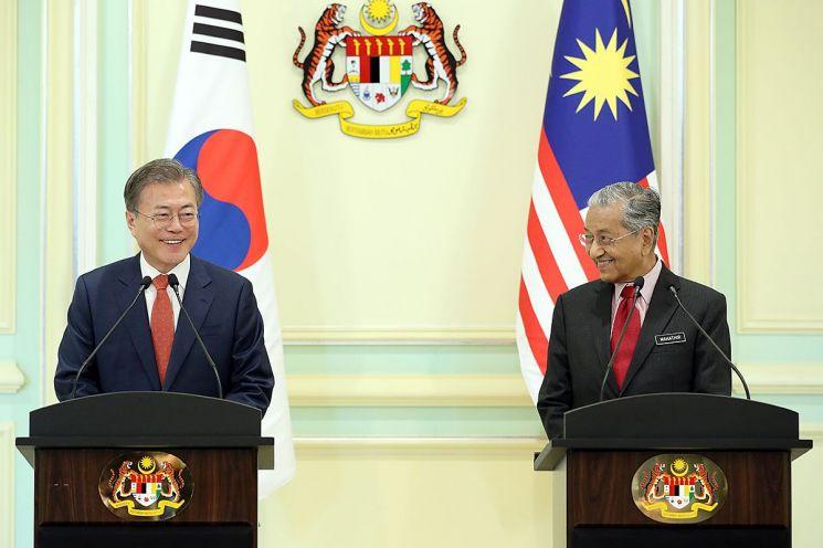 문 대통령, 말레이시아 총리와 회견 때 인도네시아 말로 인사(종합)