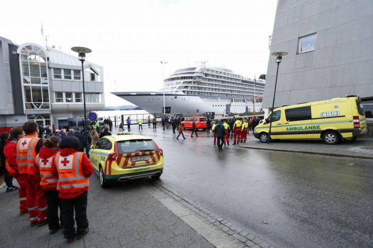 '1400명 태우고 표류' 노르웨이 크루즈선, 무사히 입항