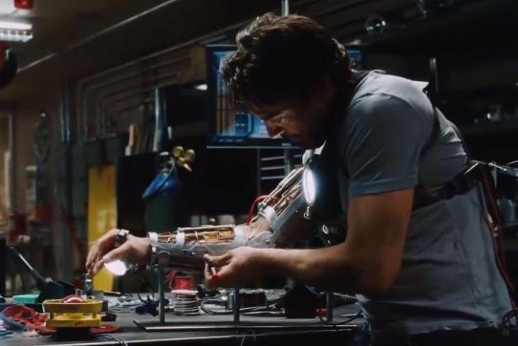 영화 '아이언맨'의 주인공 토니 스타크가 소형원자로인 '아크리액터'를 동력원으로 슈트를 만들고 있는 장면. [사진=영화 '아이언맨' 스틸컷]
