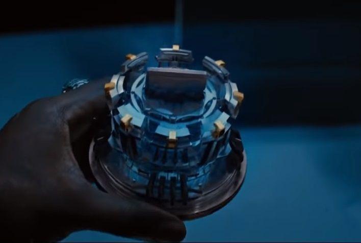 영화 '아이언맨'에서 주인공 토니 스타크의 가슴에 박힌 소형원자로 '아크리엑터'는 무려 3기가와트의 출력을 내는 것으로 묘사됩니다. 현실에서 상용화될 수 있다면 지구의 미래는 밝아질 수 있습니다. [사진=영화 '아이언맨' 스틸컷]