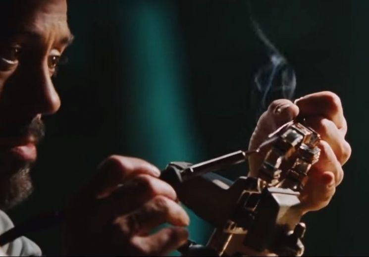영화 '아이언맨'의 주인공 토니 스타크가 소형원자로인 '아크리액터'를 만들고 있는 장면. [사진=영화 '아이언맨' 스틸컷]
