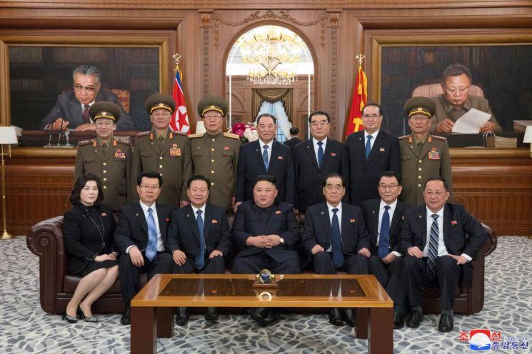 김정은 북한 국무위원장이 12일 노동당중앙위원회 본부청사에서 새로 선출된 당 및 국가지도기관 인사들과 기념촬영을 하고 있다.