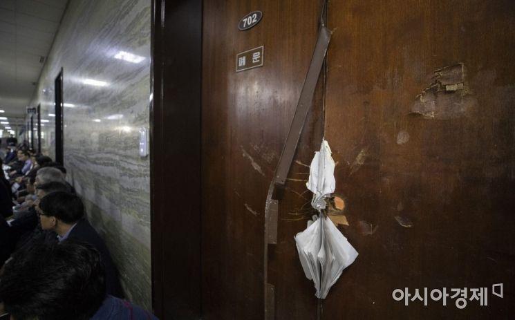 [포토] 파손된 국회 의안과 출입문