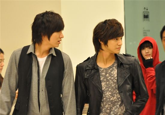 """From left, actors Lee Min-ho, Kim Bum and Ku Hye-sun turn up at Coex Artium in Seoul, South Korea on October 21, 2009 to watch Kim Joon's musical """"Youth March"""". [Planet 905]"""