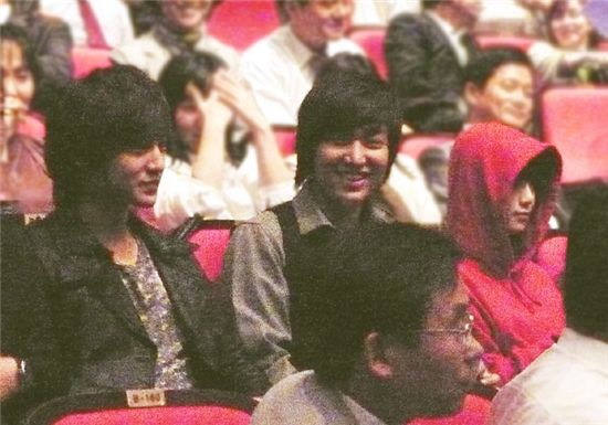 """From left, actors Kim Bum, Lee Min-ho and Ku Hye-sun sit amongst the audience to watch Kim Joon's musical """"Youth March"""" at the Coex Artium on October 21, 2009. [Planet 905]"""