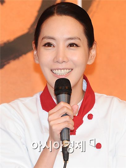 """Actress Kim Jung-eun speaks to reporters during a press conference for film """"Le Grand Chef 2"""" on October 22, 2009."""