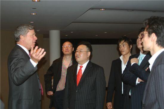 황정욱 사장이 美 CAA본사에서 영화배우 이병헌 씨와 함께 존 푸탁 회장의 설명을 듣고 있다.