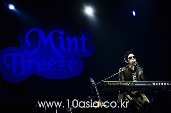 Singer Lee Juck performs on stage at the Grand Mint Festival 2009 held at the Olympic Park in Seoul, South Korea on October 25, 2009. [Lee Jin-hyuk/10Asia]