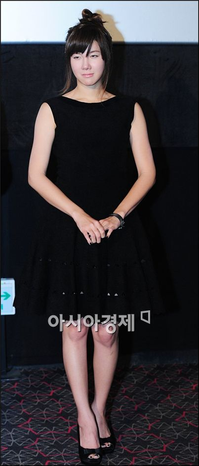 """Actress E Ji-ah poses during a photo session of a press screening for her film """"My Love, Ugly Duckling"""" at a CJ CGV theatre in Seoul, South Korea on November 4, 2009. [Park Sung-ki/Asia Economic Daily]"""