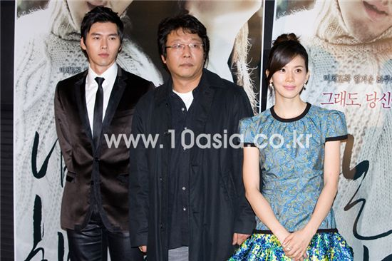 """From left, actor Hyun Bin, director Yoon Jong-chan and actress Lee Bo-young pose during a photo session of a press conference for film """"I Am Happy"""" held at a CJ CGV theatre in Seoul on November 13, 2009. [Chae Ki-won/10Asia]"""