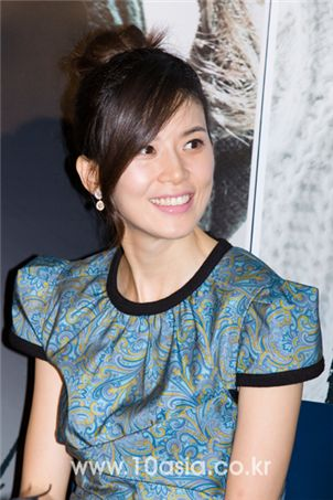 """Actress Lee Bo-young smiles during a press conference for film """"I Am Happy"""" held at a CJ CGV theatre in Seoul on November 13, 2009. [Chae Ki-won/10Asia]"""